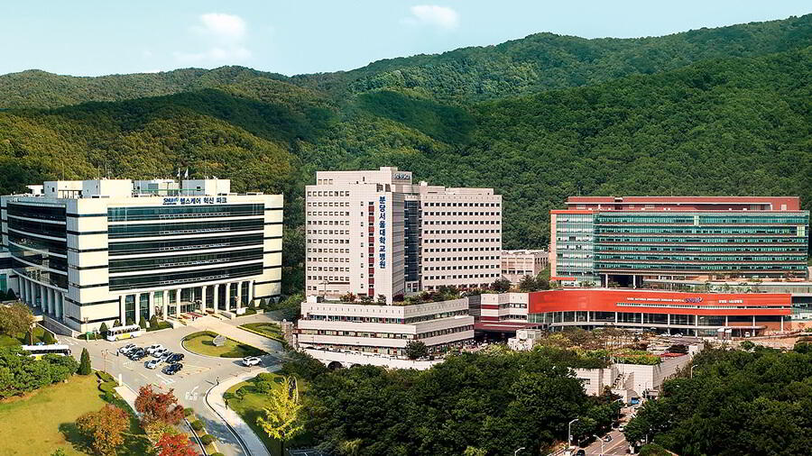 The-front-view-of-Seoul-National-University-Bundang-Hospital.jpg